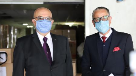 Ambasadori Guxhev (majtas) dhe ministri Vitia