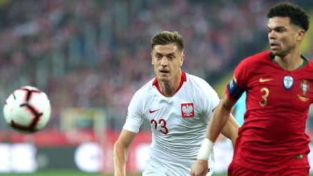 Авторът на първия гол за Полша Пьонтек (в бяло) се опитва да изпревари Пепе.