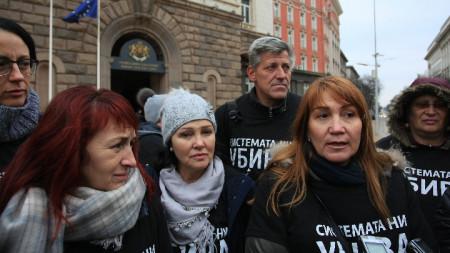 Майките носят сиви шалове в знак, че заради оставката на Симеонов се е появила надежда за тяхната кауза