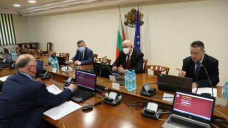 Янаки Стоилов (вдясно) на заседанието на Висшия съдебен съвет, което председателства за първи път.