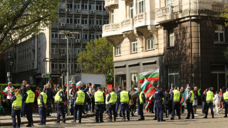 Протестиращите са разделени от органите на реда.