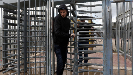 Пропускателен пункт за палестинци, които отиват на работа в Израел.