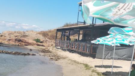 Централният плаж в Ахтопол и новото заведение, стъпило буквално в морето