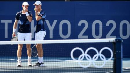Анди Мъри (вляво) и Джо Солсбъри продължават в Токио.