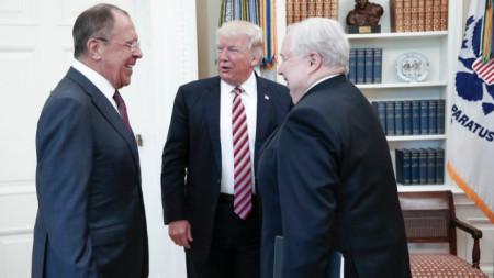Руският външен министър Сергей Лавров с Доналд Тръмп и с тогавашния посланик на Москва Сергей Кисляк в Белия дом (10 май 2017 г.)