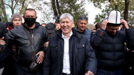 Бившият президент на Киргизстан Алмазбек Атамбаев сред свои привърженици в Бишкек