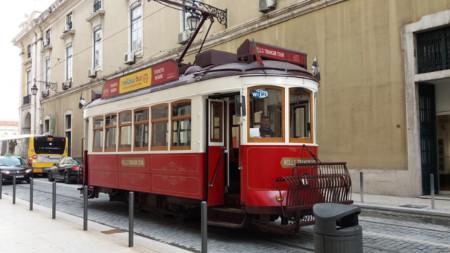 Трамваите са един от символите на Лисабон.