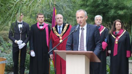 Министр образования Красимир Вылчев выступает на церемонии открытия нового учебного года в Софийском университете Св. Климента Охридского
