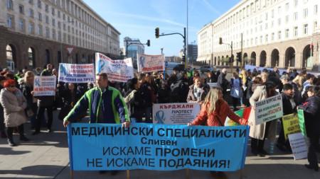 Пети национален протест на медицинските специалисти се провежда днес в София.