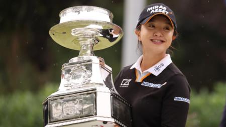 Шампионката Ким с трофея.