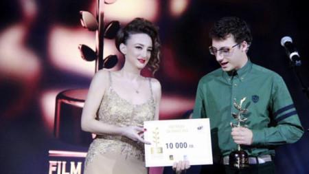Деси Тенекеджиева награждава победителя в Наградата за кино 355 за 2019 година Йордан Михайловски