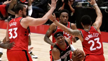Баскетболистите на Торонто (в червени екипи) може да домакинстват в Кентъки.