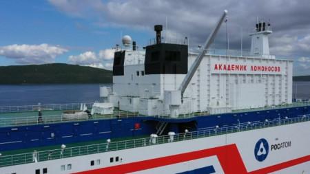 """Плаващият АЕЦ """"Академик Ломоносов"""" на пристанището в Мурманск преди да потегли към Чукотка."""
