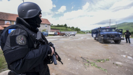 Косовски спецполицаи край село Чабра в Северно Косово