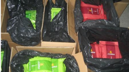Открити са 997 пакета по 1 кг.