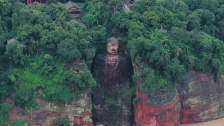 Краката на известната 71-метрова статуя на Буда, издялана в скална стена в Лъшан, се оказаха под вода за първи път от най-малко 70 г.