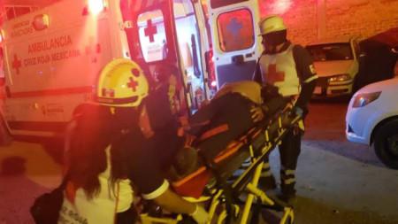 Спасителни екипи помагат на ранено лице при стрелбата в град Саламанка.