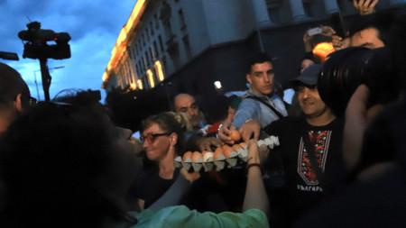 Организаторите на протеста бяха осигурили яйца и домати, които полетяха към МС