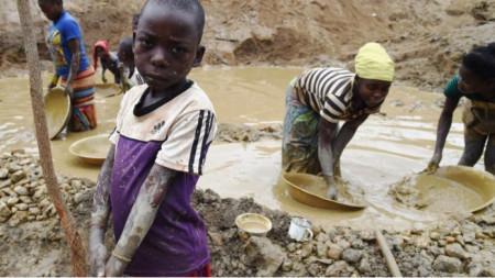 Малки деца работят при тежки условия в кобалтова мина в Демократична република Конго
