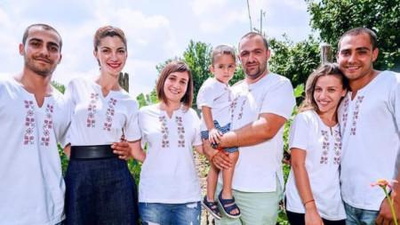 Младите хора са радостни да носят дрехи с български шевици