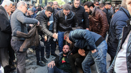 Петнадесет души, сред които седем полицаи, са били ранени днес при сблъсъците между протестиращи и полиция пред сградата на правителството в Тирана