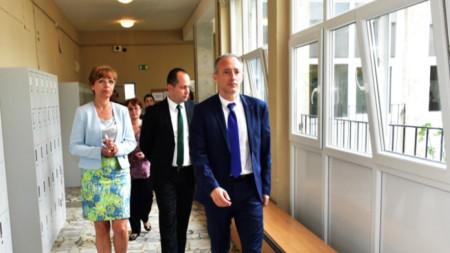 Министърът на образованието и науката Красимир Вълчев (вдясно) посети Враца.
