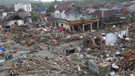 Последици от цунамито в Зондския пролив, разделящ островите Ява и Суматра.
