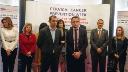Инициативата подкрепи и представителят на СЗО в България д-р Скендер Сила (вдясно от микрофона)