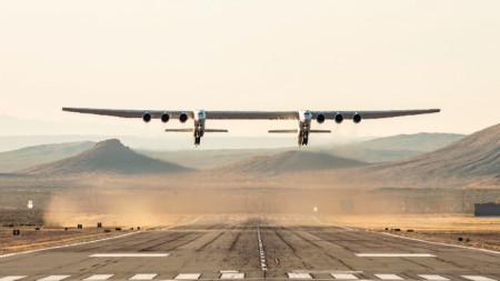 """Най-големият самолет в света, конструиран от американската компания """"Стратолонч систъмс""""."""