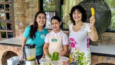 Магдалена Гигова се учи да приготвя здравословни смутита във Филипините.