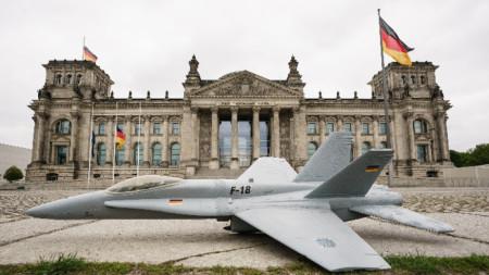 Активисти протестираха на 7 май в Берлин срещу плановете да се купят американски изтребители Ф-18.
