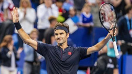Роджър Федерер ликува след победата над Стефанос Циципас.