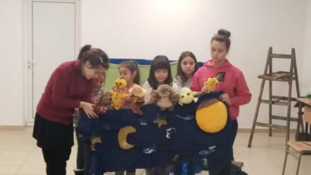 Децата от неделното училище се подготвят за спектакъла