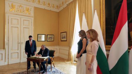 Румен Радев подписва книга за гости в унгарското президентство.