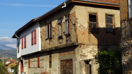В селата реновирани имоти съжителстват с много стари и неподдържани къщи.