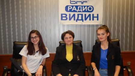 Ели Цветанова (в средата), Ралица Тодорова (ляво) и Ивана Бисерова (дясно)