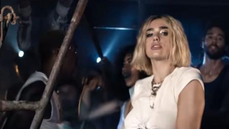 Дуа Липа във видеото на Electricity