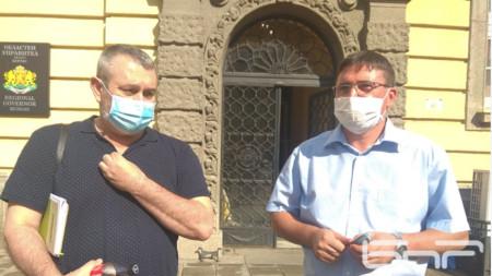 Д-р Георги Паздеров, директор на РЗИ /вляво/ и кметът на Руен Исмаил Осман след кризисния щаб
