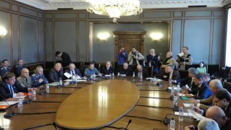 Парламентарната комисия по отбрана започна със скандал заседанието си, на което трябва да реши дали да подкрепи предложение за разговори със САЩ за новите изтребители.