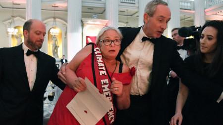 Аактивистки нахлуха по време на традиционната годишна реч на Филип Хамънд