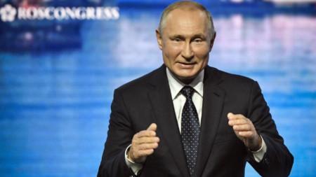 Владимир Путин говори на пленарната сесия на Източния икономически форум в град Владивосток.