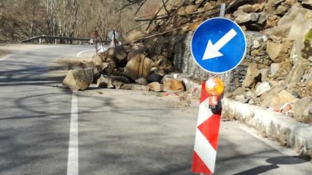 Вече година над с.Пастра по пътя Рила-Рилски манастир движението е ограничено поради срутище на скали върху платното, което се почиства.