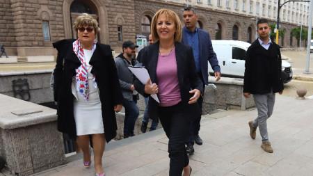 """Лидерът на """"Изправи се.БГ"""" Мая Манолова внесе в Народното събрание Законопроект срещу колекторите, който трябва да ограничи тяхната дейност срещу гражданите."""
