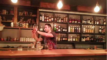 Мартин Иванов приготвя коктейл