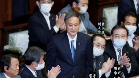 Йошихиде Суга (в средата, прав) е новият министър-председател на Япония