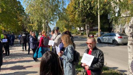 Десетки великотърновци излязоха на протест пред сградата на РЗИ заради изискването за зелен сертификат, 20 октомври 2021 г.