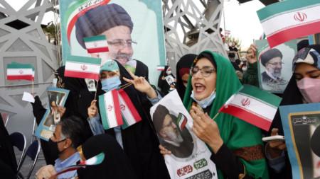 Привърженици на Ебрахим Раиси честват победата му в Техеран.