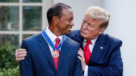 Тръмп и Уудс след награждаването.