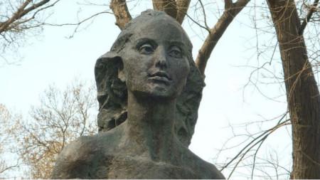 Паметник на Петя Дубарова в Морската градина в Бургас