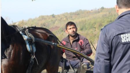 Снимка от нерегламентираното състезание с каруци на пътя Казанлък - с. Черганово